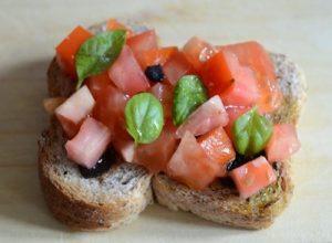 bruschette-con-aglio-nero-e-pomodori